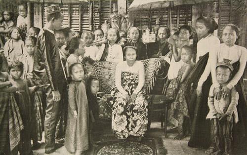 Princess Radjaputri and attendants. Cottabato, Mindanao